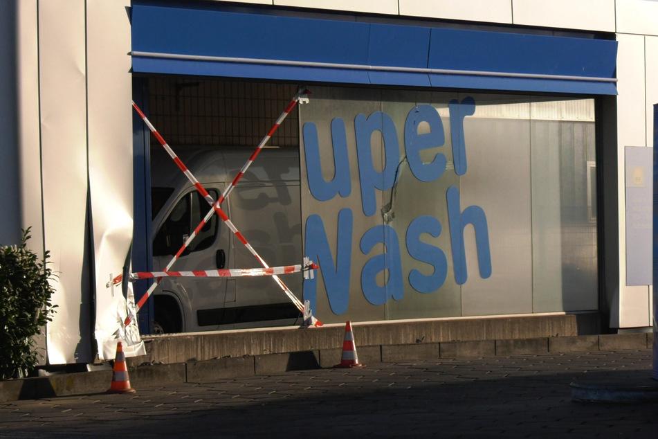 Die 25-Jährige war nach einigem rasanten Fahrmanövern in die Waschhalle der Tankstelle gekracht.