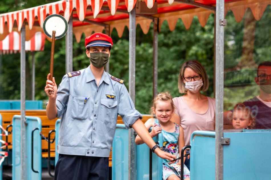 Damit der Schulanfang nicht ganz so trist wird: Die Parkeisenbahn lädt am 29. August ein. ABC-Schützin Pauline (6, M.) testet schon mal vor.