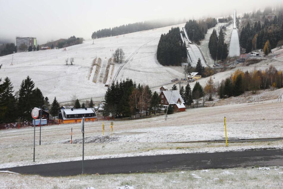Noch reicht es nicht zum Skifahren, doch die Vorfreude auf den Winter weckt der erste Schnee trotzdem schon.