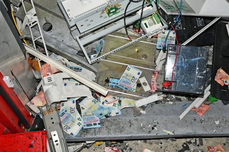 Die Täter flüchteten ließen bei ihrer Flucht Geldscheine und Tatwerkzeuge am Tatort zurück.