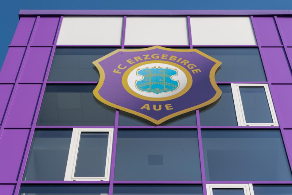 Das Aue-Logo an der Fassade des Stadions. Wieder einmal müssen die Auer Spieler in Quarantäne.