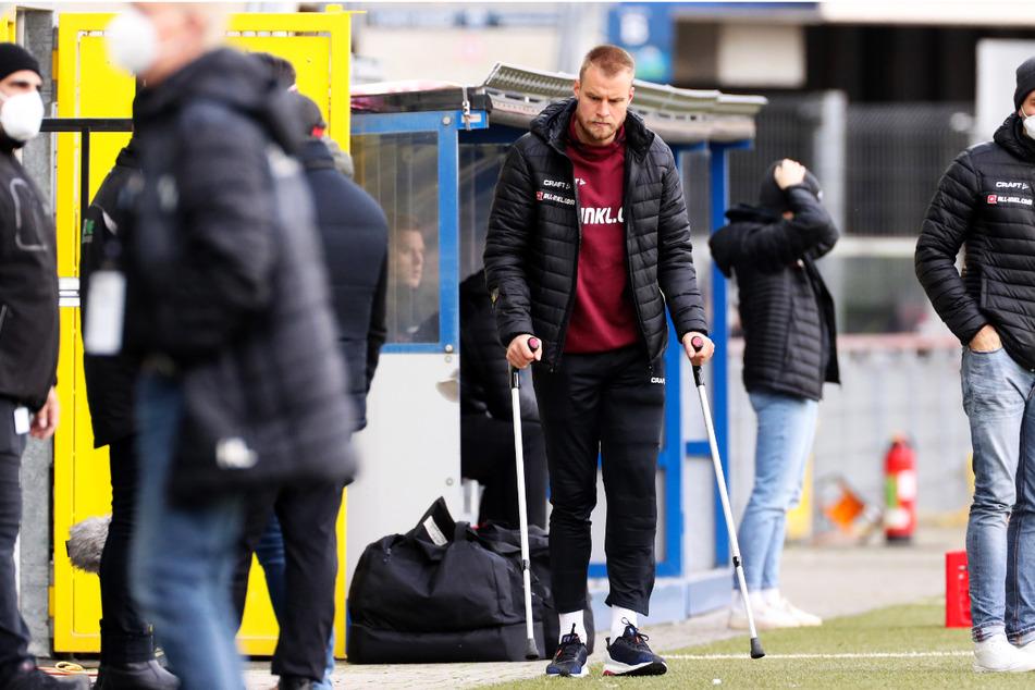 Sebastian Mai (27) humpelte in Paderborn beim Spiel gegen den SC Verl auf Krücken ins Stadion.