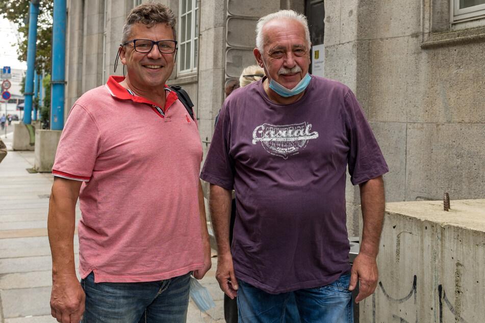 Rudolf Kümpel (64, l.) und Ulrich Dahnert (67) gehören zu den ersten Dresdnern, die bereits gewählt haben.