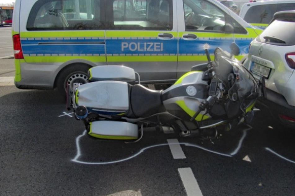 Motorrad-Polizist knallt auf Renault und verletzt sich
