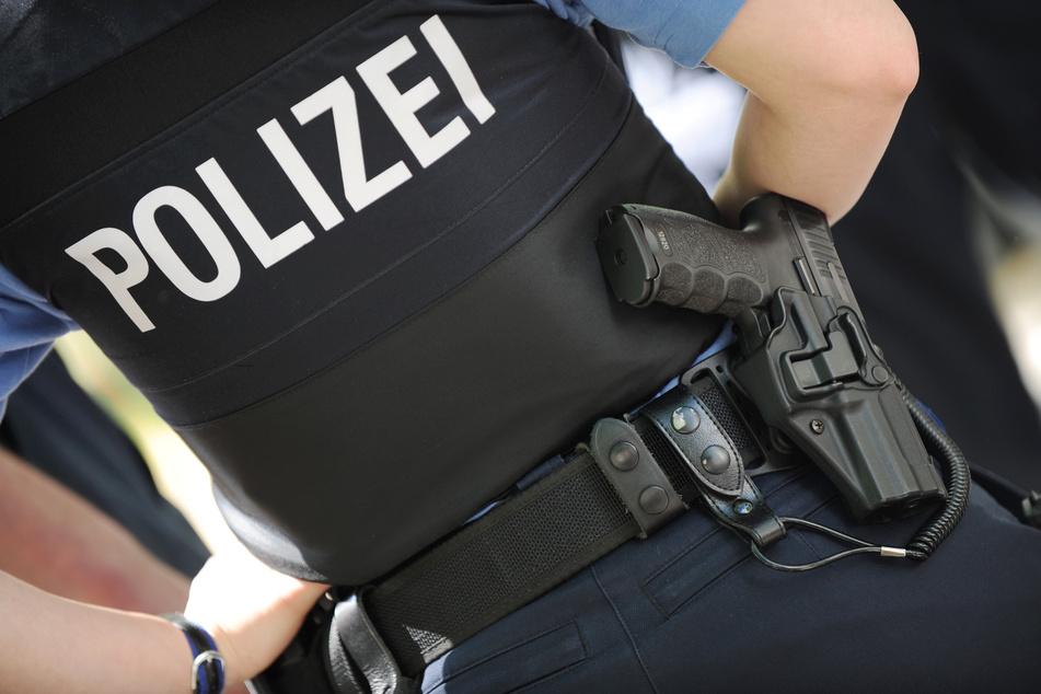 Mann bedroht Polizisten mit Messern und wird angeschossen