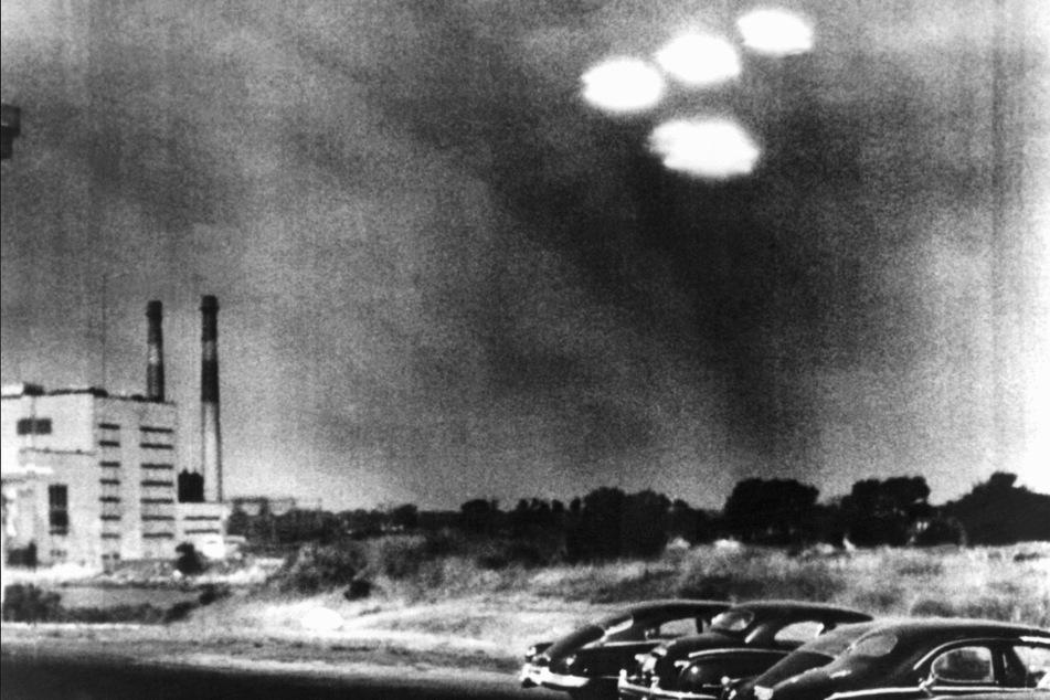 Ein Kameramann der US-Küstenwache hielt am 16. Juli 1952 in Salem fest, wie vier UFOS in Formation über die Stadt fliegen.
