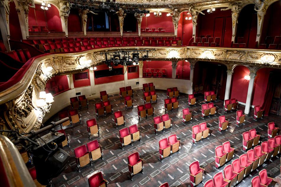 Weniger Stühle pro Sitzreihe sind im Zuschauerraum des Berliner Ensembles wegen der Kontaktbeschränkungen aufgrund der Corona-Pandemie.