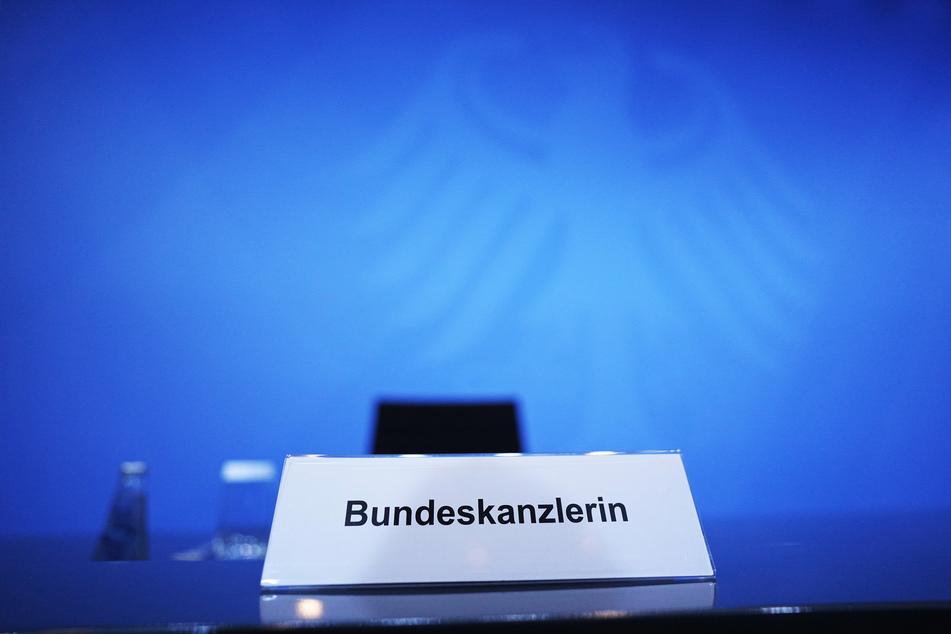 Die Bundeskanzlerin lässt auf sich warten. Seit Stunden warten Journalisten darauf, dass Angela Merkel (66, CDU) auf einer Pressekonferenz die Beschlüsse der Corona-Konferenz vorstellt.
