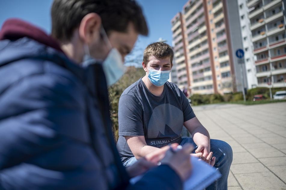 Sven Richter (21, r.) vom Zwickauer Jugendbeirat erklärte im Gespräch mit Redakteur Stefan Graf (30), warum kommunale Jugendbeteiligung so wichtig ist.