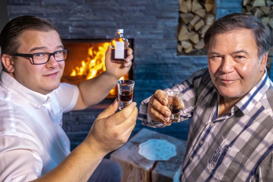 Constantin (31,l.) und Hartmut Funke (64) verkosten eine Probe des neu produzierten historischen Magenbitters.