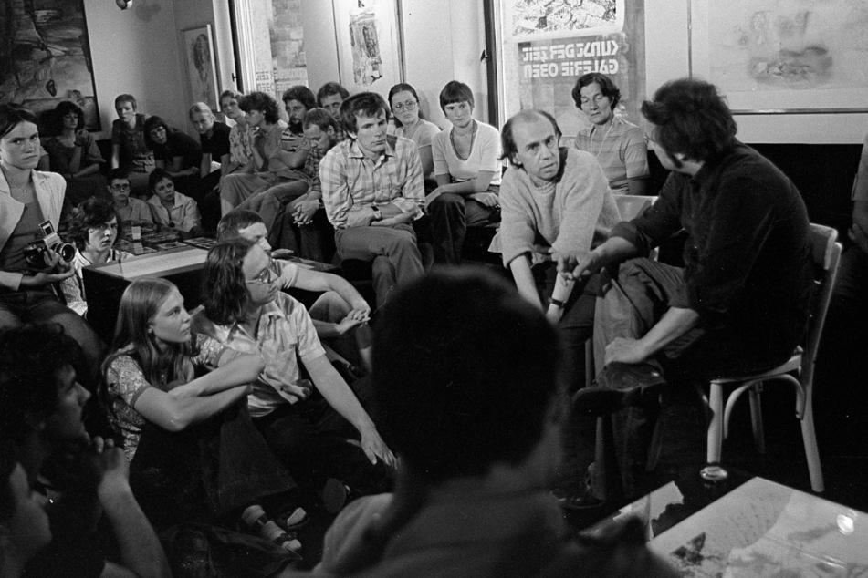 """Der Annaberger Künstler Carlfriedrich Claus im Gespräch mit Georg Brühl in der """"Galerie Oben"""", Juni 1979."""