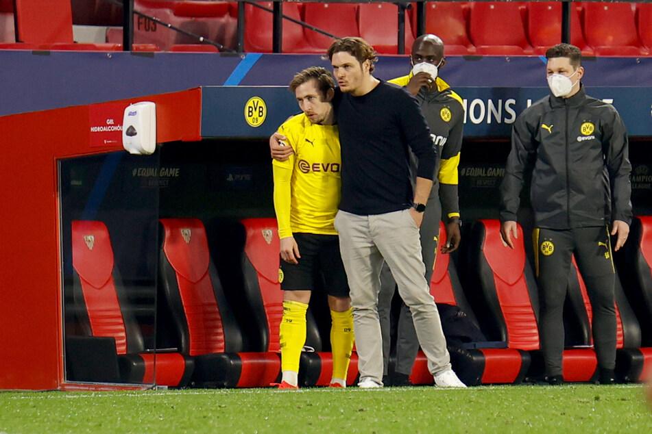 Felix Passlack (22, l.) neben Trainer Edin Terzic (38, r.) beim UEFA-Champions-League-Spiel des BVB gegen den FC Sevilla.