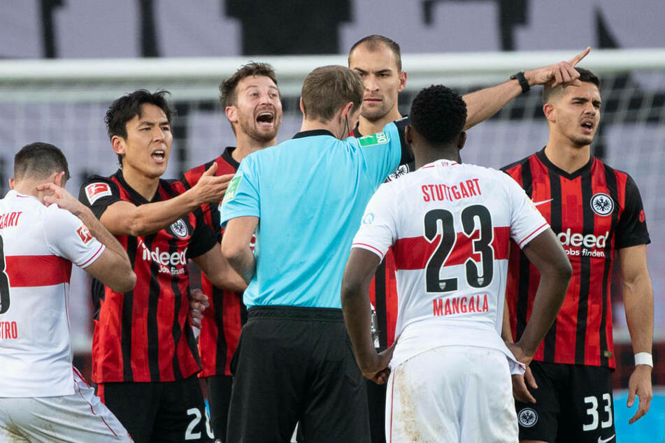 Hitzig ging es im Hinspiel am 7. Spieltag zu: Eintracht Frankfurt hatte einen 0:2-Pausenrückstand aufgeholt und die umkämpfte Partie endete 2:2.