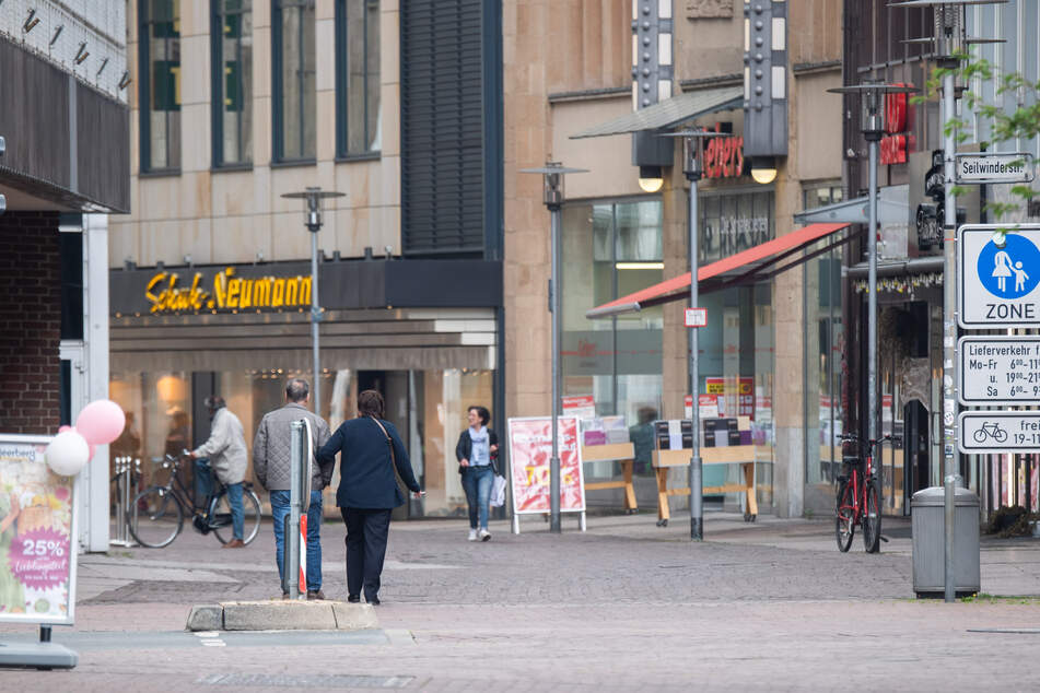 Nur vereinzelt spazieren Passanten durch die Innenstadt von Hannover.