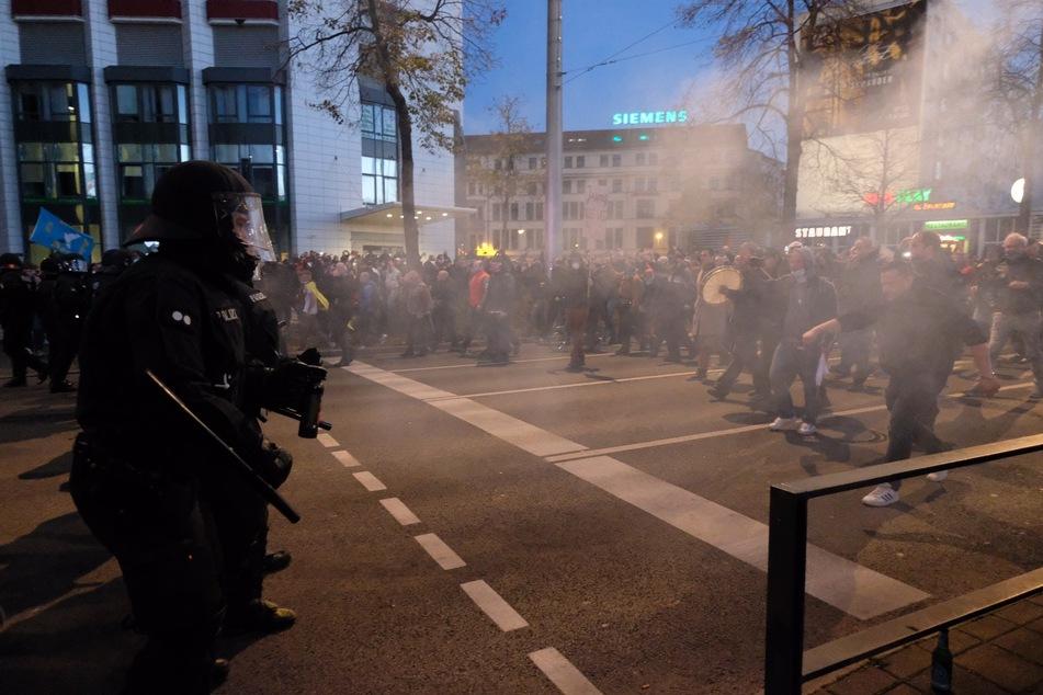 """Nach der Demonstration der Stuttgarter Initiative """"Querdenken"""" stehen Teilnehmer Polizisten gegenüber."""