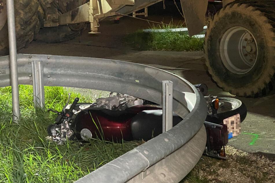 Motorrad kollidiert mit Traktor-Gespann: Biker wird schwer verletzt