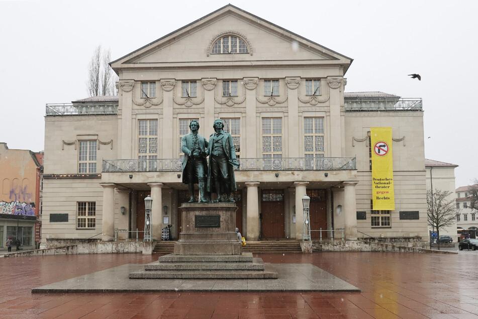 Blick auf das Deutsche Nationaltheater mit dem Goethe-Schiller Denkmal in Weimar. In der Kulturstadt trafen sich etwa hundert Kritiker der Corona-Maßnahmen zu einem Hygienespaziergang. (Archivbild)