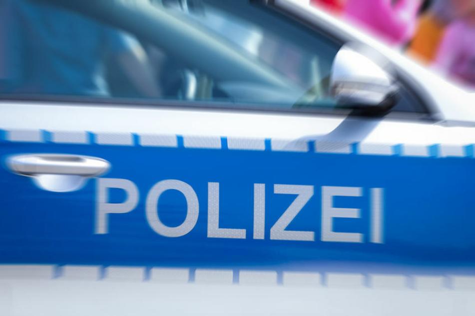 Die Polizei wurde zu einem Unfall auf die A4 gerufen. Dort hatte ein Pick-Up zwei Sofateile verloren. (Symbolbild)