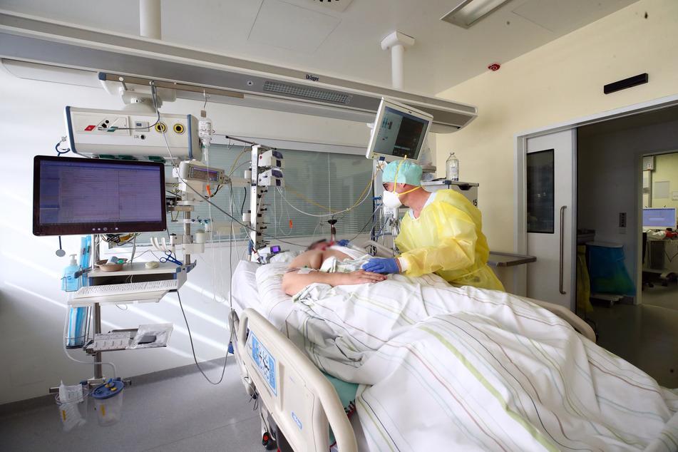 Ein Patient wird auf einer Covid-19-Intensivstation versorgt. Die Lage in Deutschlands Krankenhäusern spitzt sich zu.