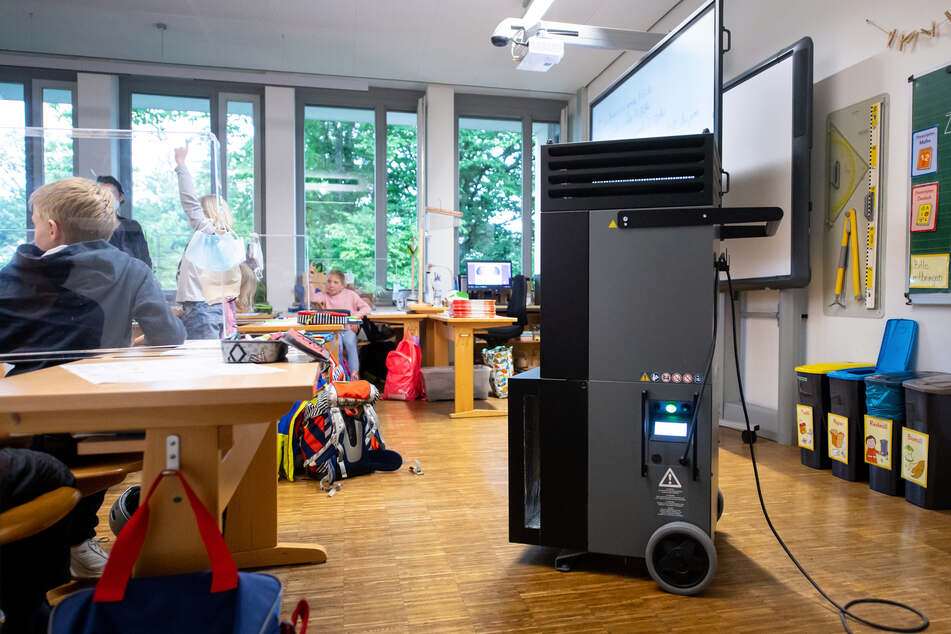Luftfilter sollen in Bayern dafür sorgen, dass Kinder endlich wieder in der Schule lernen können - und nicht daheim vor dem Computer.