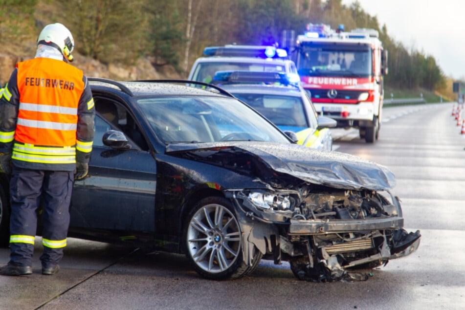 Der stark beschädigte BMW steht auf der A71 zwischen Rentwertshausen und Meiningen-Süd. Zuvor war er in die Leitplanke gekracht.
