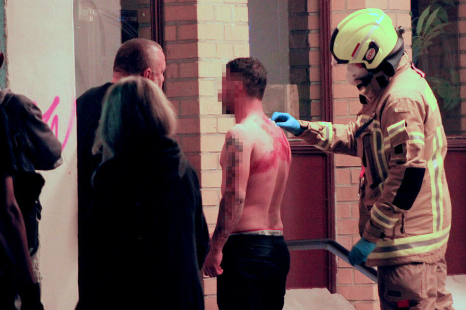 Der Verletzte wird vor Ort von den Rettungskräften versorgt.