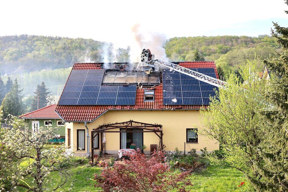 Gegen 17.10 Uhr drang Rauch aus dem Dach eines Einfamilienhauses auf der Professor-Guhr-Straße.