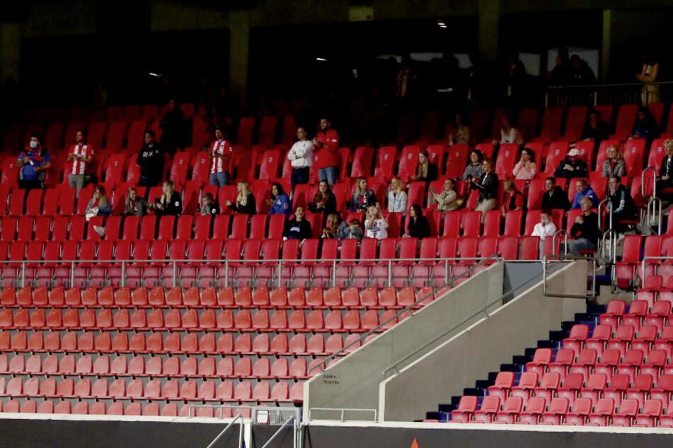 Eine Gruppe an Zuschauern saßen kurzfristig auf der sonst leeren Tribüne. (Archivbild)