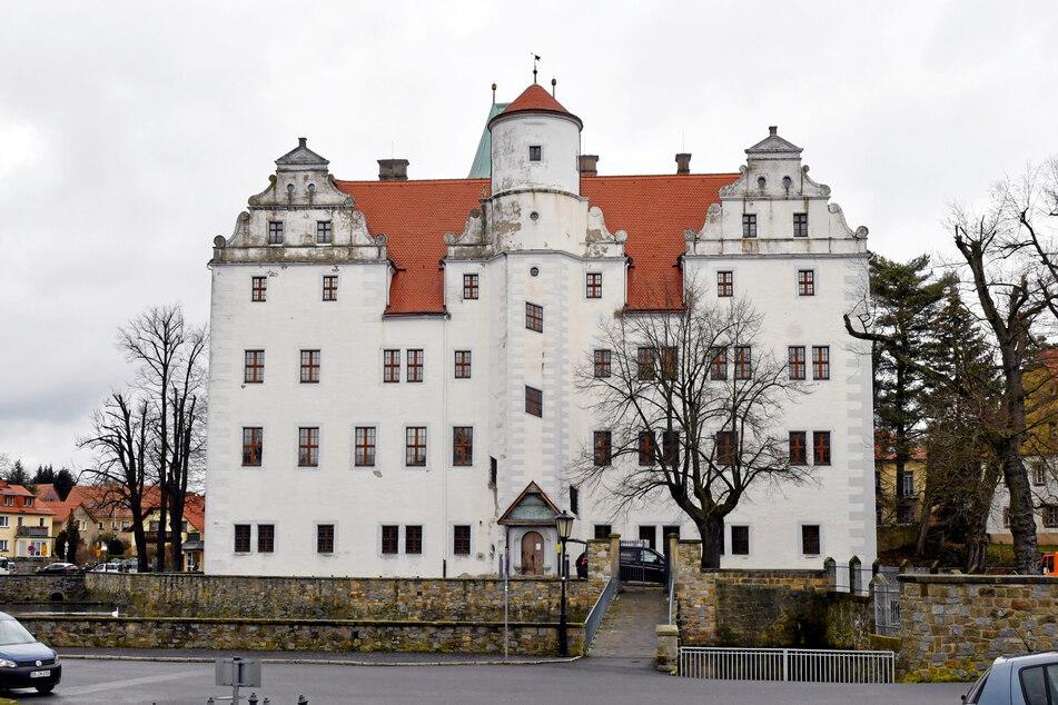 Das im 16. Jahrhundert erbaute Renaissanceschloss Schönfeld wird vom Schlossteich umgeben.