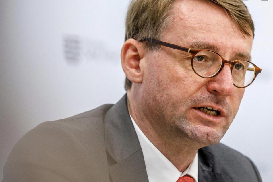 """Innenminister Roland Wöller (50, CDU) stellte am Dienstag die Polizeiliche Kriminalstatistik vor - die """"Qualität"""" der politischen Straftaten habe sich gewandelt, so der Minister."""