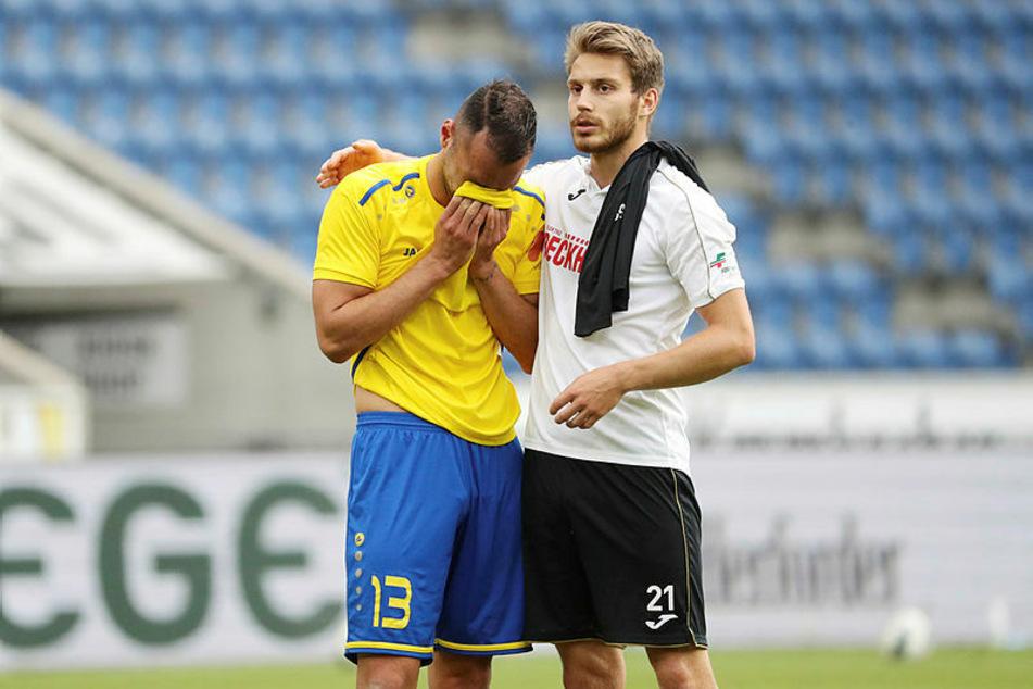 Djamal Ziane (l.) muss weinend von Gegenspieler Lars Ritzka getröstet werden.