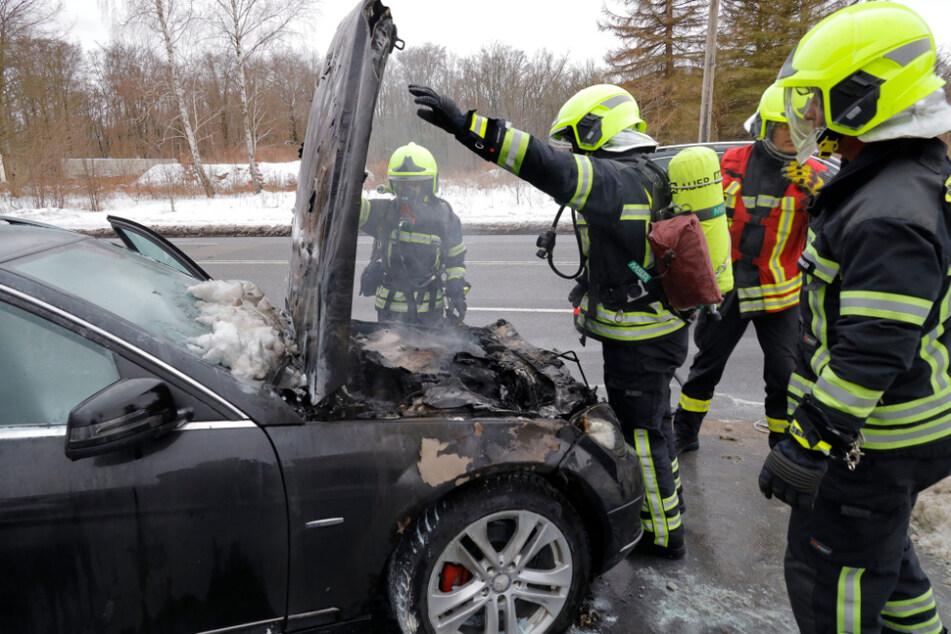 Chemnitz: Plötzlich brennt die Motorhaube! Auto fängt in Chemnitz während der Fahrt Feuer