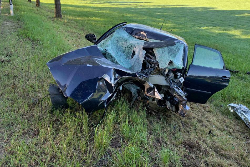 Heftiger Crash in Thüringen: 18-Jährige schwer verletzt, Motor wird aus Auto gerissen