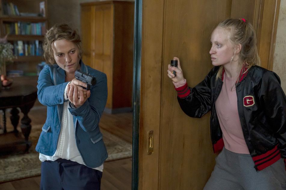 """Kriminalhauptkommissarin Olga Lenski (Maria Simon, 44, l.) spürt die flüchtige Täterin Louisa """"Lou"""" Bronski (Luzia Oppermann, r.) auf und gerät ernsthaft in Gefahr."""