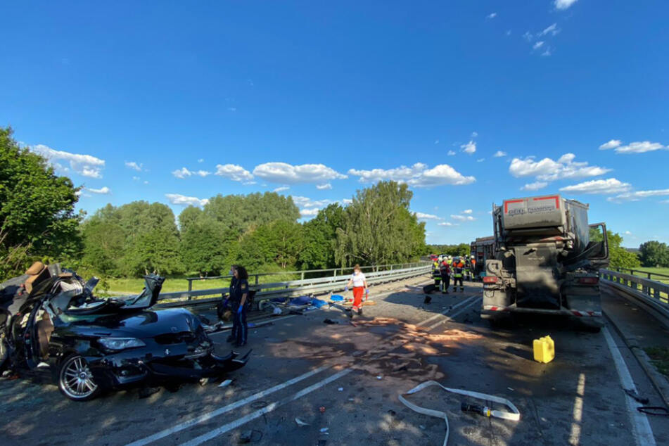 Der Fahrer sowie der Beifahrer des BMW überlebten den Unfall.