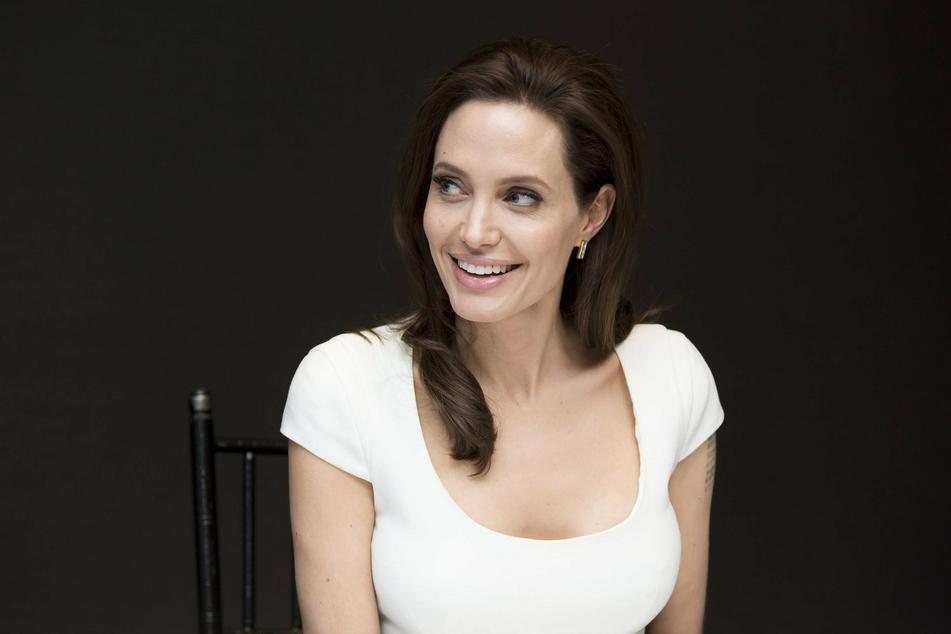 Angelina Jolie lends a hand to boys' lemonade stand