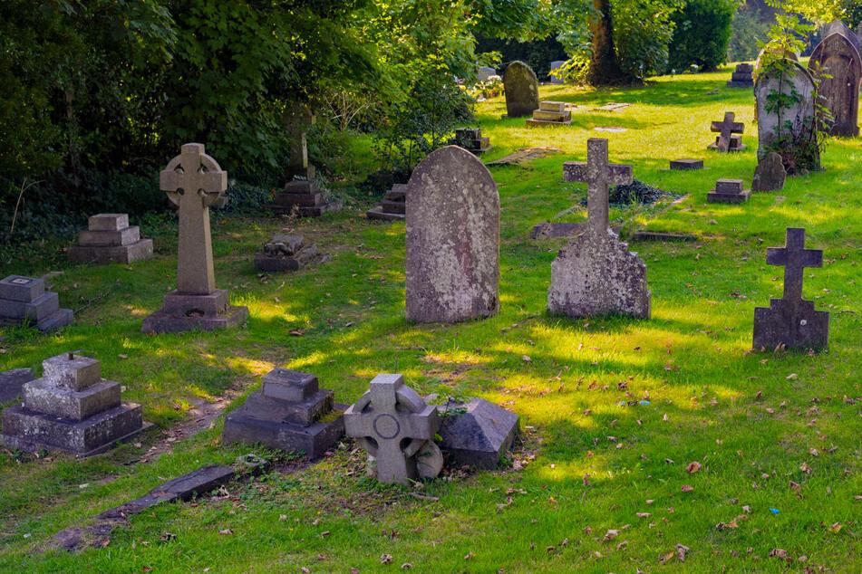 Friedhofs-Besucher stößt Rentnerin (93) um, übergießt andere Frau und zündet sie an