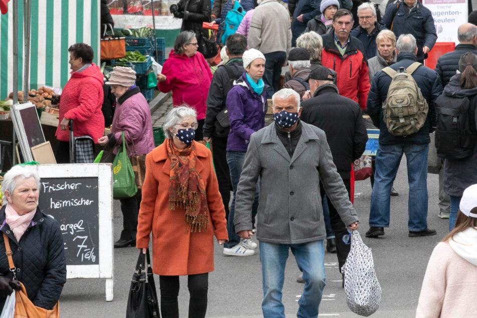 Besucher auf dem Lingnermarkt in Dresden. Der Markt findet normalerweise Freitag statt. Wegen Karfreitag sind die Stände diesmal schon am Donnerstag geöffnet.