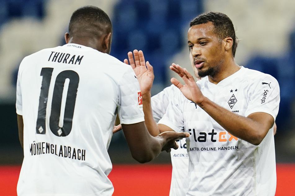 Alassane Plea (28, r.) klatscht mit seinem Kumpel Marcus Thuram (23) ab. Beide gehören bei der Borussia zum Stammpersonal.