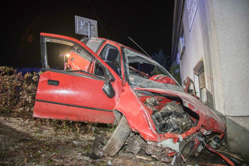 Subaru durchbricht Zaun und landet an Hauswand: Fahrer schwer verletzt