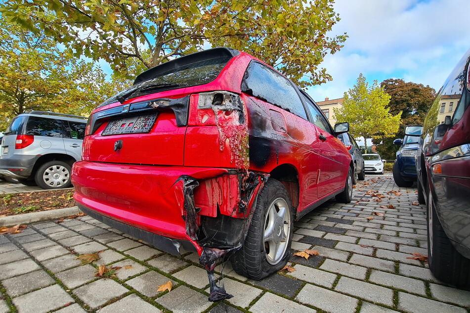 Auf einem Parkplatz an der Gneisenaustraße in Werdau brannten zwei Autos. Ein Seat konnte gerettet werden, wurde durch die Flammen aber auch beschädigt.