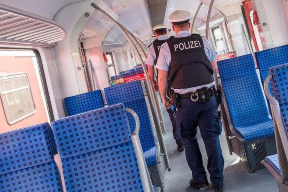 Mann im Zug ohne Maske aufgegriffen, dann findet Polizei etwas in seiner Unterhose