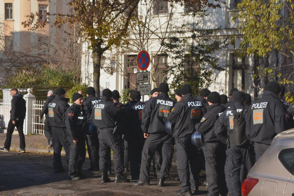 Einsatzkräfte während einer Demo gegen den rechten Politiker André Poggenburg im Herbst 2019 in Connewitz. (Archivbild)