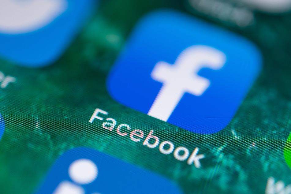 Auf dem Bildschirm eines iPhones wird die App von Facebook angezeigt.