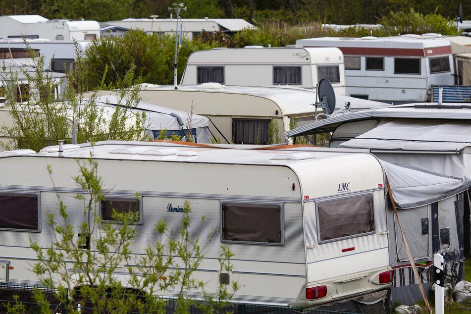 Wohnwagen stehen auf einem Campingplatz in Nordfriesland.