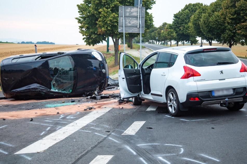 Nach dem Zusammenstoß überschlug sich der VW Golf.