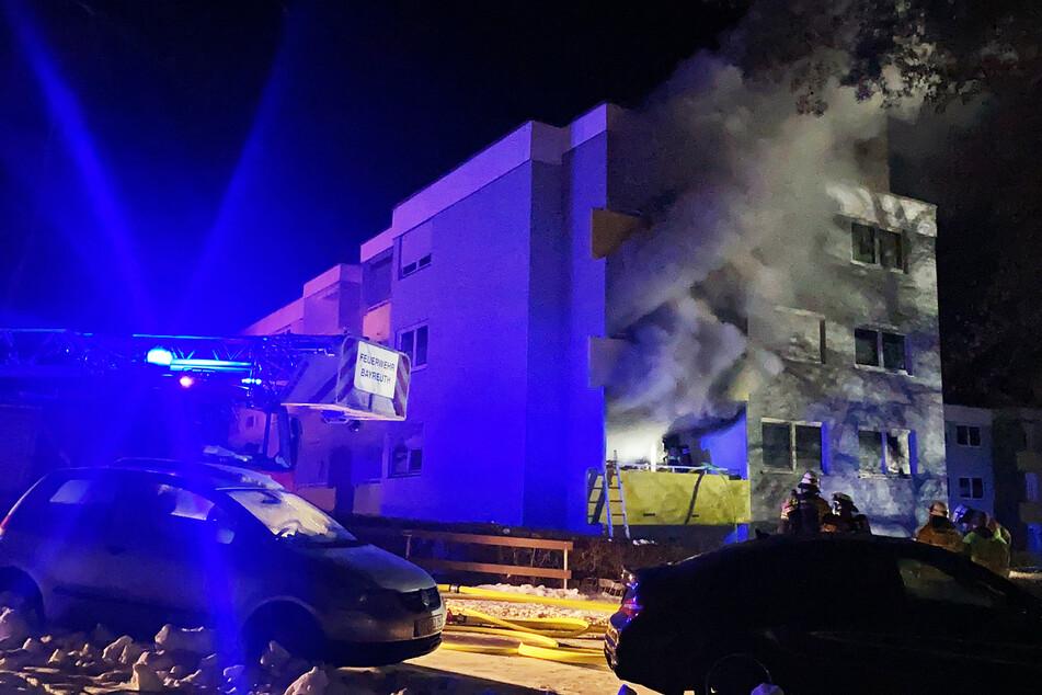 Mehrere Explosionen: 80-Jähriger bei Brand in Mehrfamilienhaus verletzt