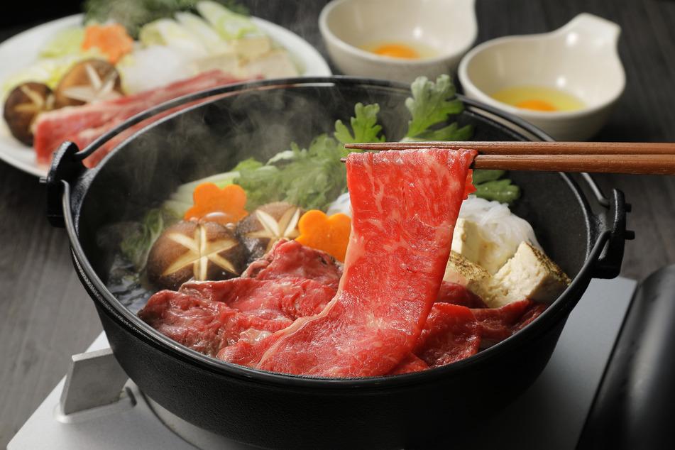 Keime sterben nicht ab: Experten warnen davor, Essen kalt werden zu lassen