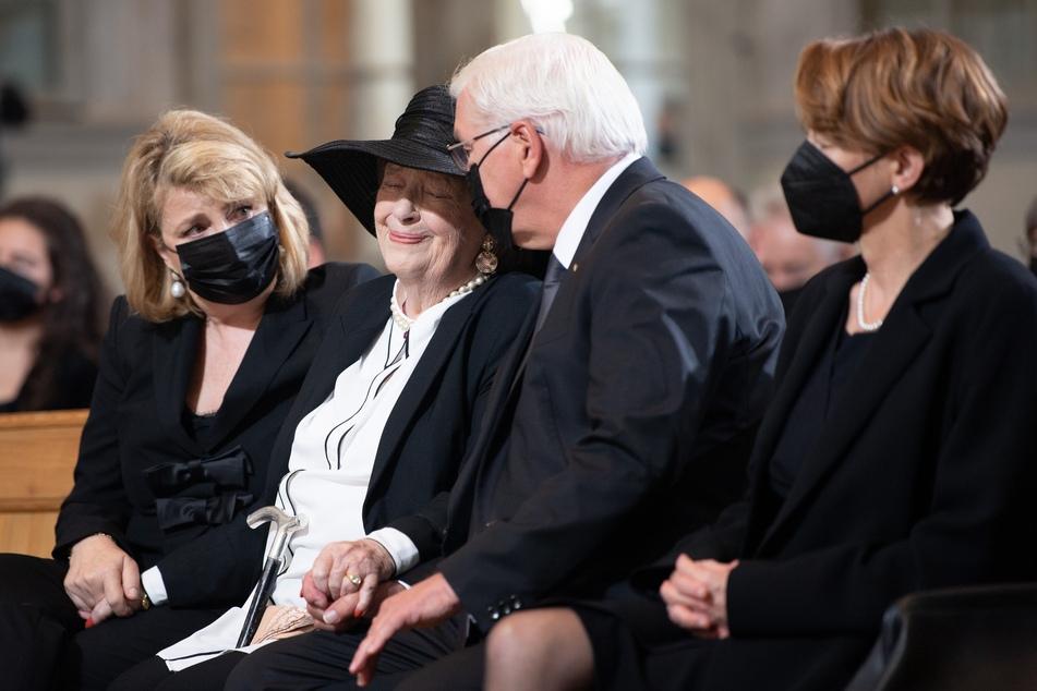 Ingrid Biedenkopf (90, 2.v.l.), Ehefrau von Kurt Biedenkopf, Bundespräsident Frank-Walter Steinmeier (65) und seine Frau Elke Büdenbender (59, r.) sitzen zu Beginn des Trauerstaatsakts in der Frauenkirche.