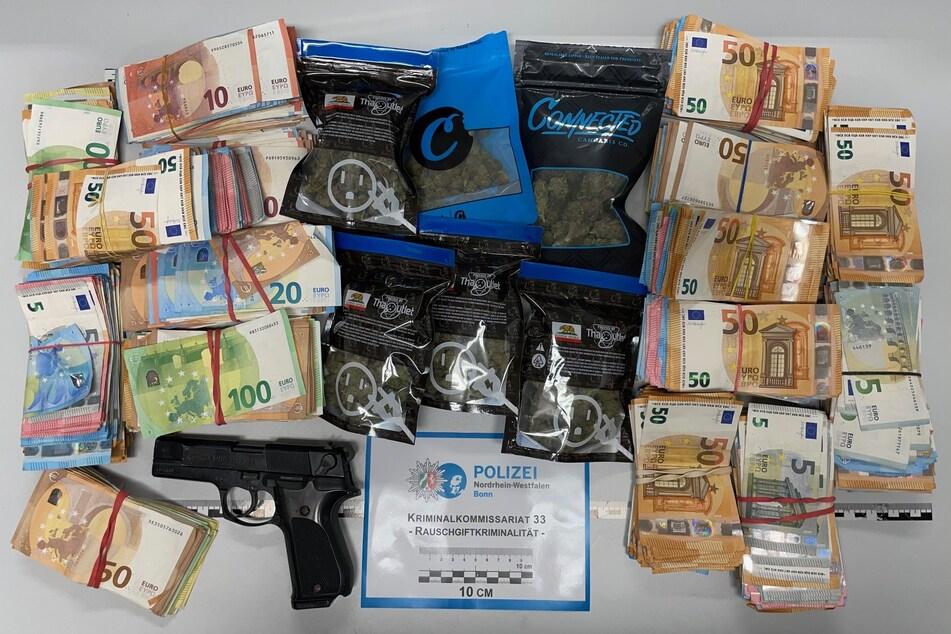 Bei Hausdurchsuchungen haben Polizisten rund 90.000 Euro Bargeld und weitere Beweismittel sichergestellt.